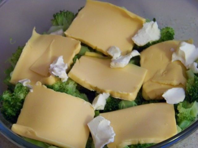 Put half of the broccoli.  Place on top one layer of cheese and a few slices of butter.  Repeat.